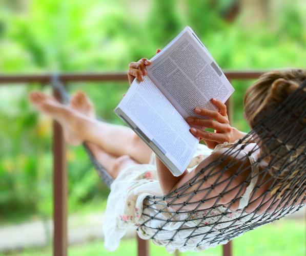 Nainen-lukee-riippumatossa_web